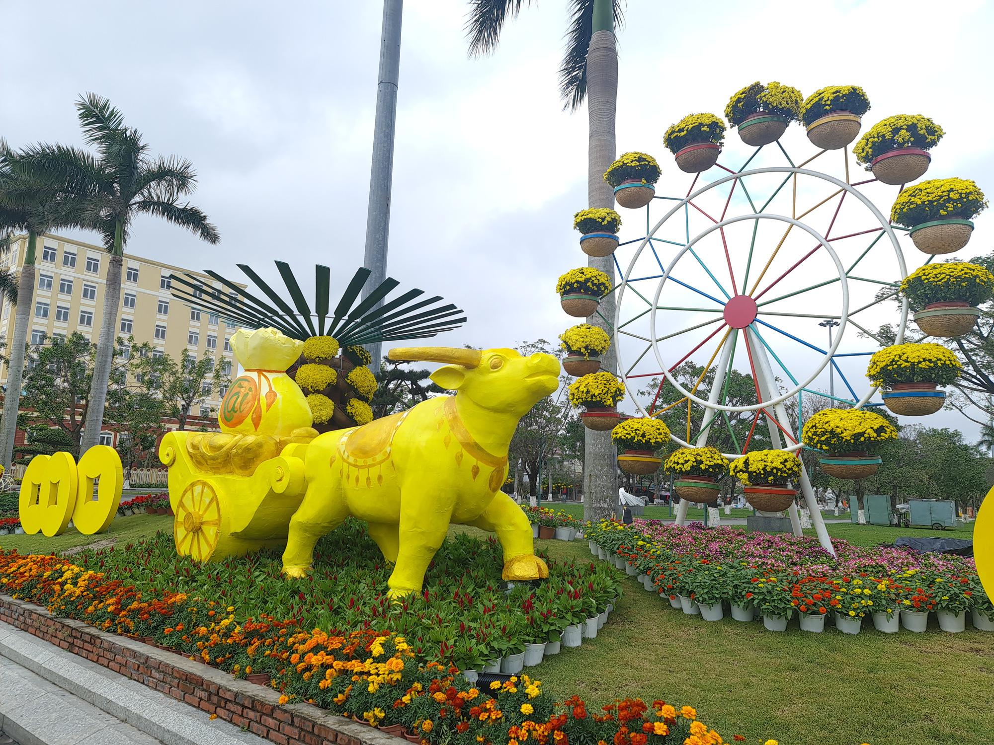 Quảng trường lớn nhất tỉnh Quảng Nam được trang trí bằng đồ nhà nông và hàng chục loại hoa sắc sảo - Ảnh 3.