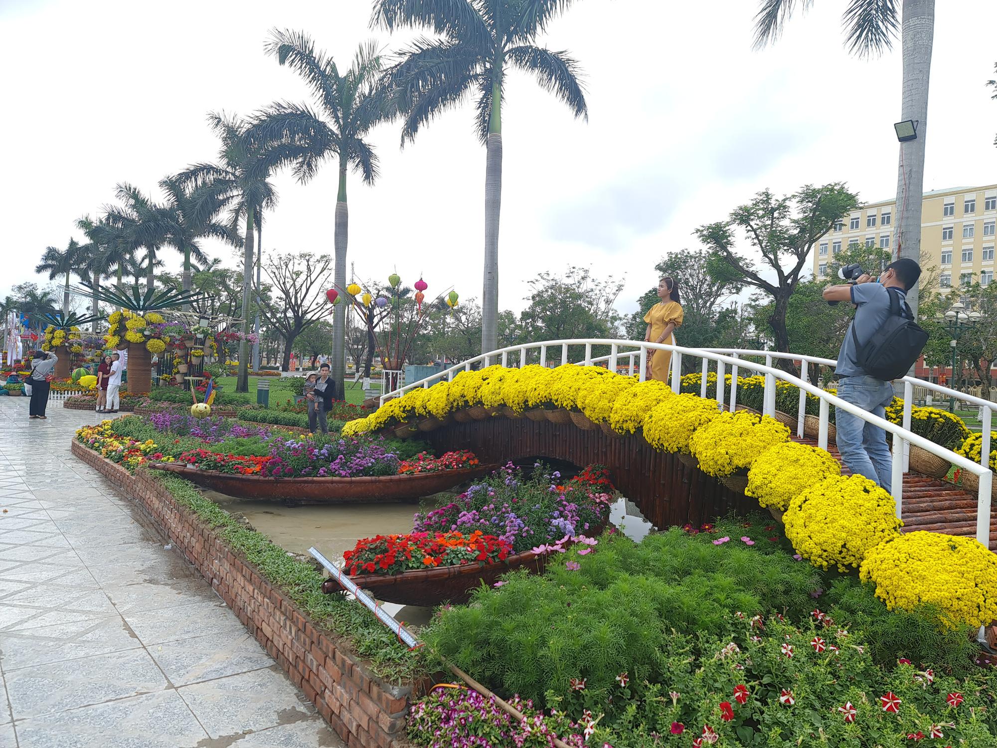 Quảng trường lớn nhất tỉnh Quảng Nam được trang trí bằng đồ nhà nông và hàng chục loại hoa sắc sảo - Ảnh 12.