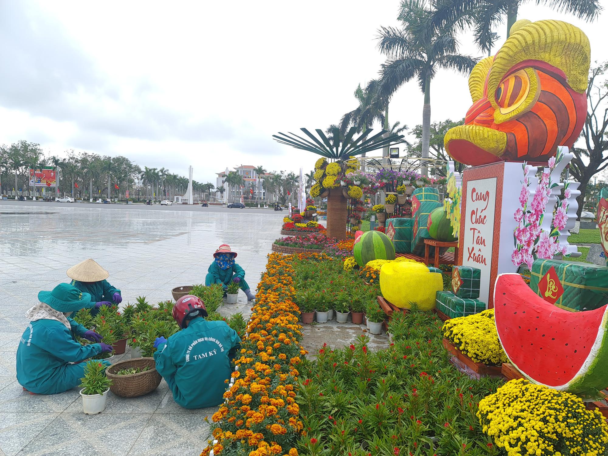 Quảng trường lớn nhất tỉnh Quảng Nam được trang trí bằng đồ nhà nông và hàng chục loại hoa sắc sảo - Ảnh 5.