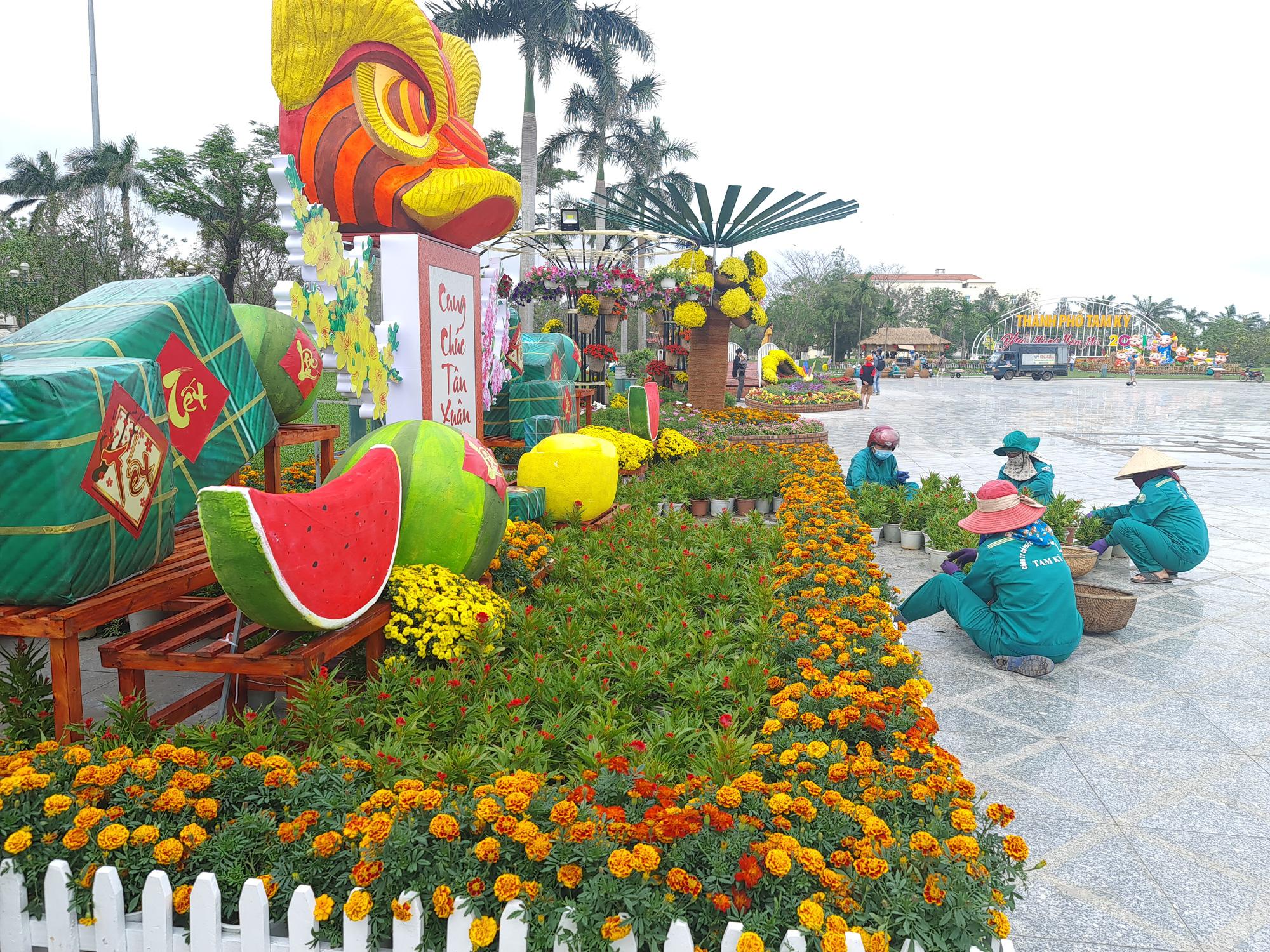 Quảng trường lớn nhất tỉnh Quảng Nam được trang trí bằng đồ nhà nông và hàng chục loại hoa sắc sảo - Ảnh 11.