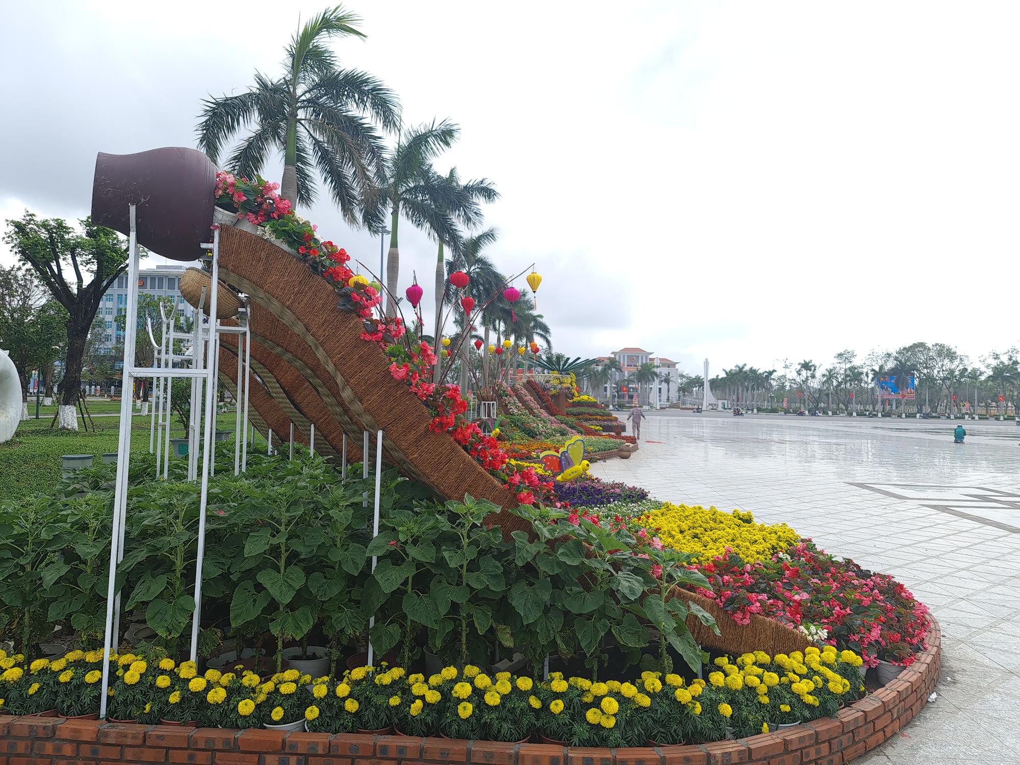 Quảng trường lớn nhất tỉnh Quảng Nam được trang trí bằng đồ nhà nông và hàng chục loại hoa sắc sảo - Ảnh 4.