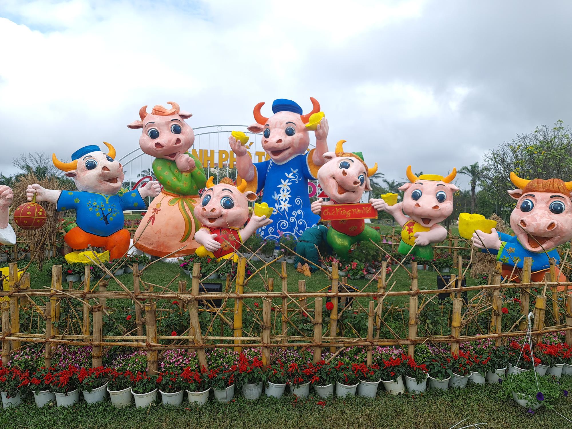 Quảng trường lớn nhất tỉnh Quảng Nam được trang trí bằng đồ nhà nông và hàng chục loại hoa sắc sảo - Ảnh 7.