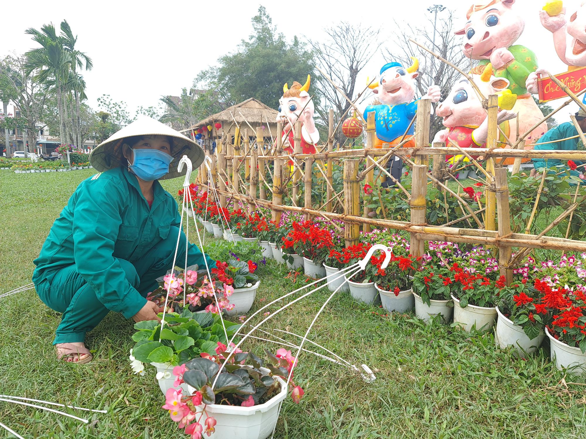 Quảng trường lớn nhất tỉnh Quảng Nam được trang trí bằng đồ nhà nông và hàng chục loại hoa sắc sảo - Ảnh 6.