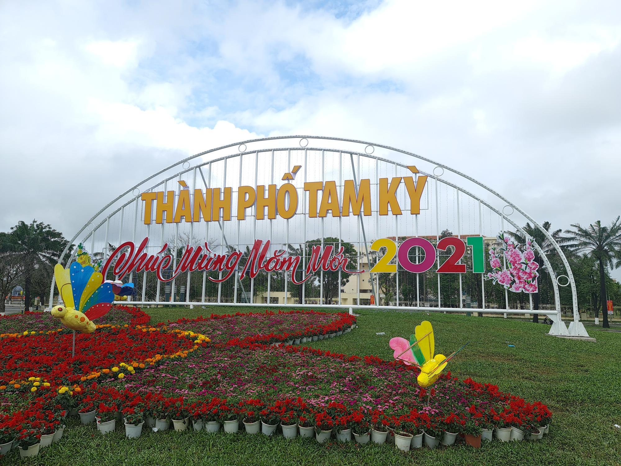 Quảng trường lớn nhất tỉnh Quảng Nam được trang trí bằng đồ nhà nông và hàng chục loại hoa sắc sảo - Ảnh 1.