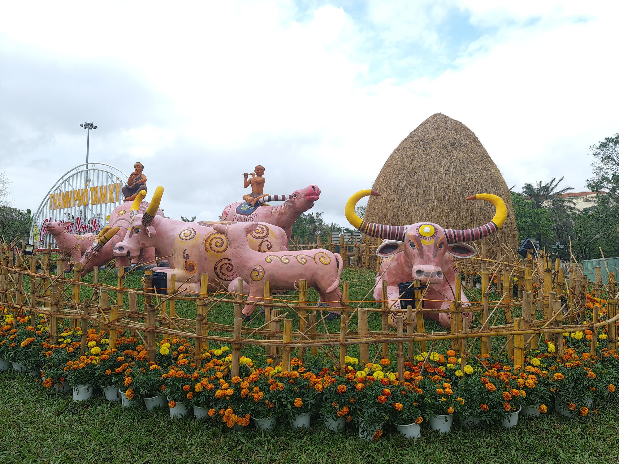 Quảng trường lớn nhất tỉnh Quảng Nam được trang trí bằng đồ nhà nông và hàng chục loại hoa sắc sảo - Ảnh 9.