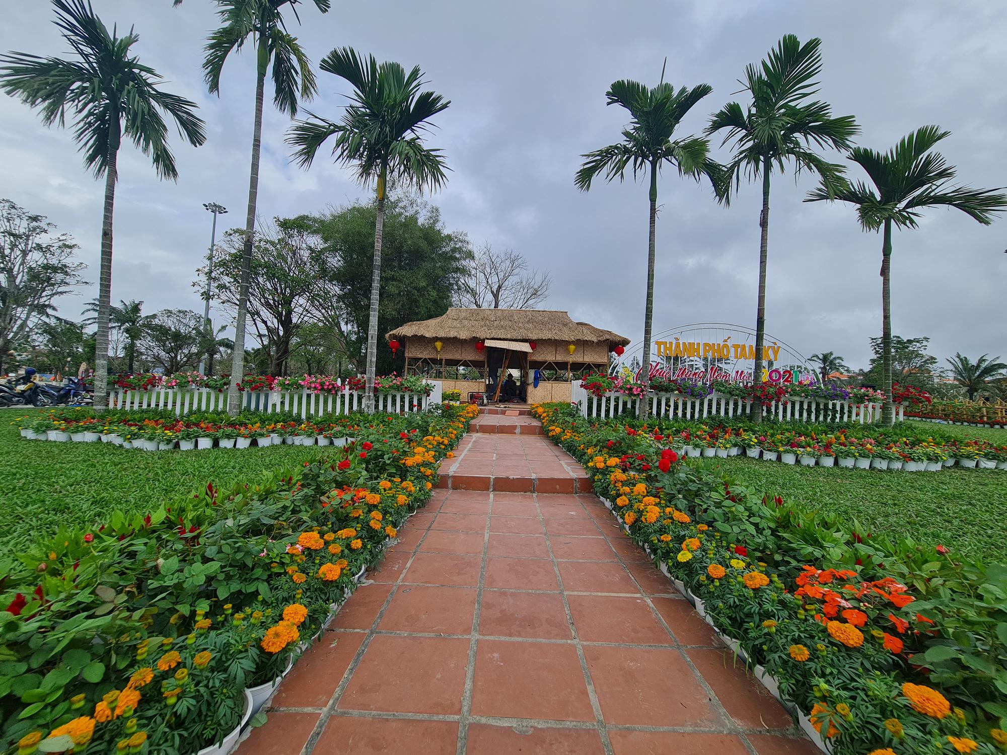 Quảng trường lớn nhất tỉnh Quảng Nam được trang trí bằng đồ nhà nông và hàng chục loại hoa sắc sảo - Ảnh 10.