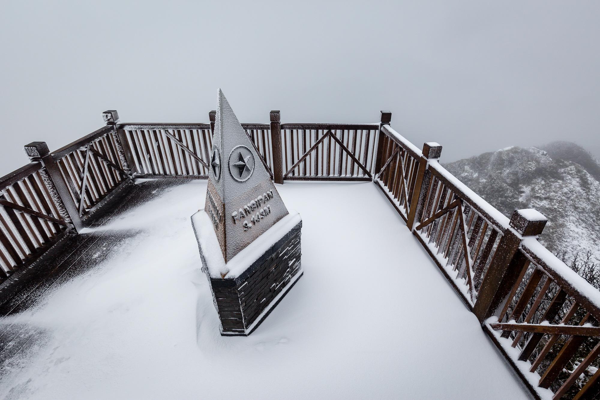 Cảnh đẹp mê ly trên đỉnh Fansipan trong ngày tuyết rơi dày chưa từng có - Ảnh 4.