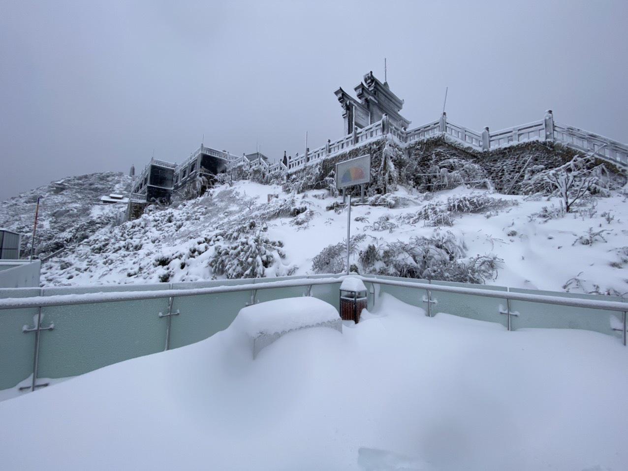 Sapa: Tuyết phủ dày 60cm trắng trên đỉnh Fansipan - Ảnh 12.