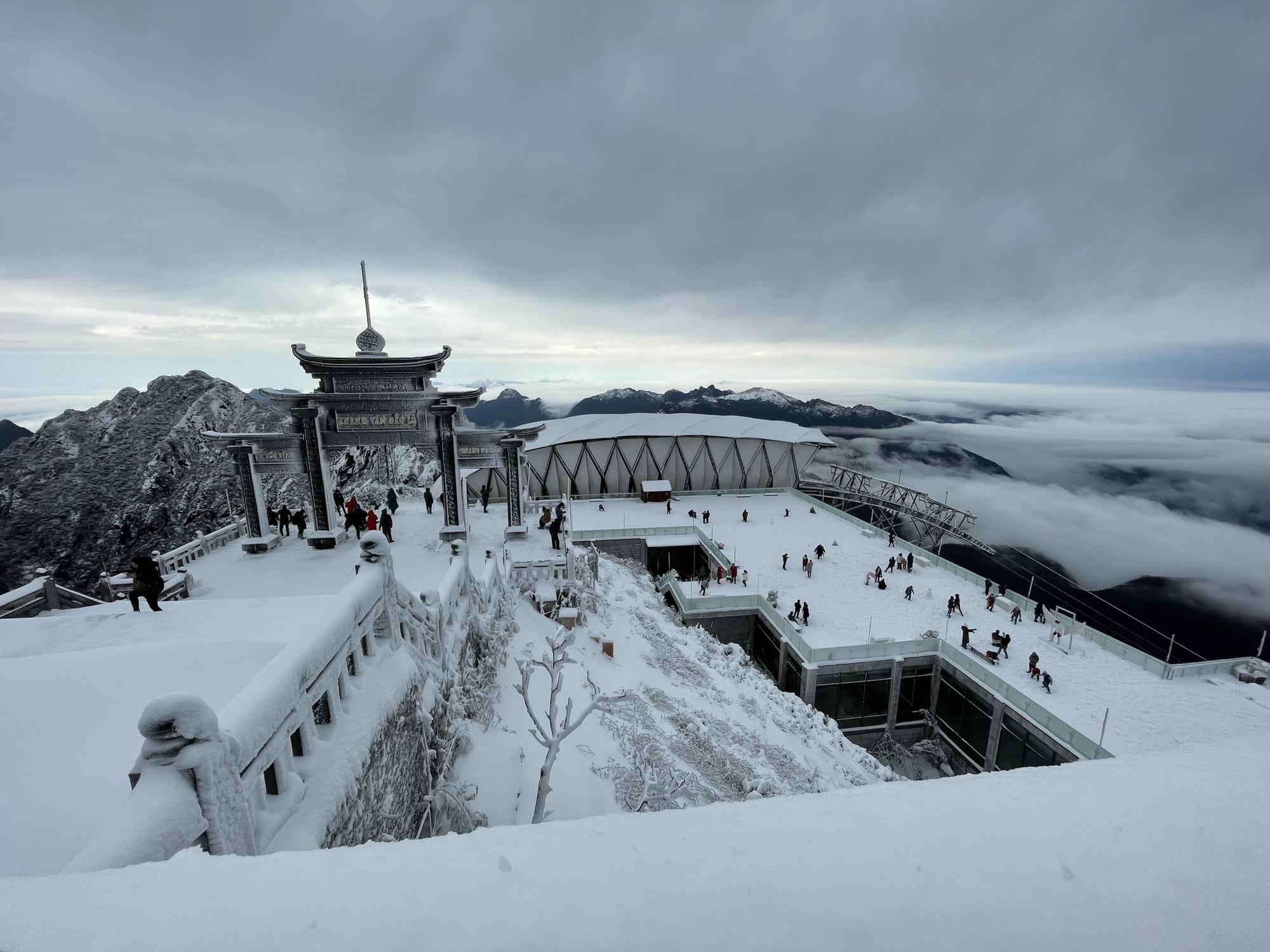 Sapa: Tuyết phủ dày 60cm trắng trên đỉnh Fansipan - Ảnh 1.