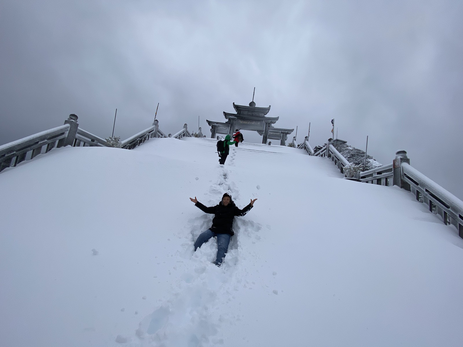 Cảnh đẹp mê ly trên đỉnh Fansipan trong ngày tuyết rơi dày chưa từng có - Ảnh 10.