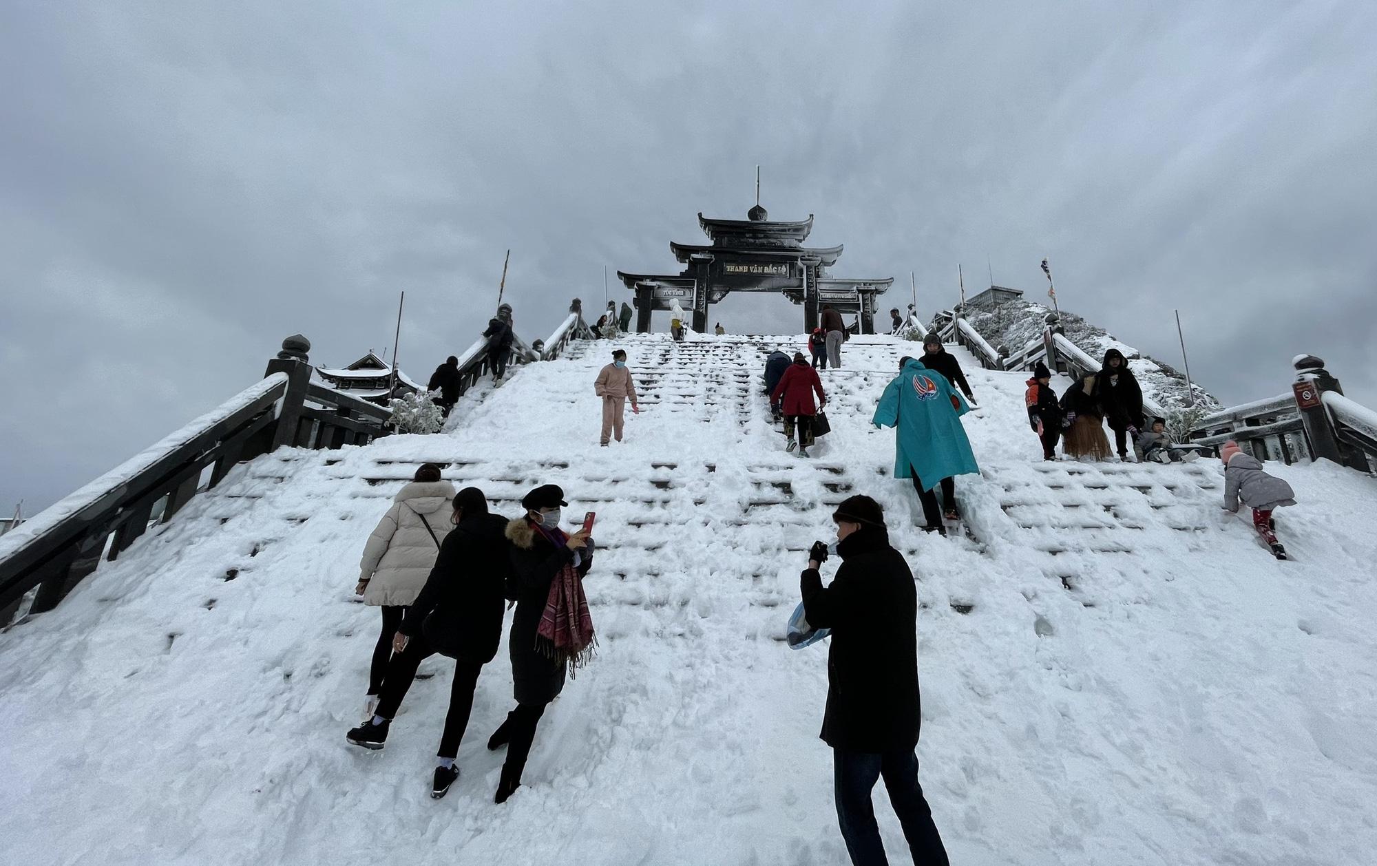 Sapa: Tuyết phủ dày 60cm trắng trên đỉnh Fansipan - Ảnh 10.