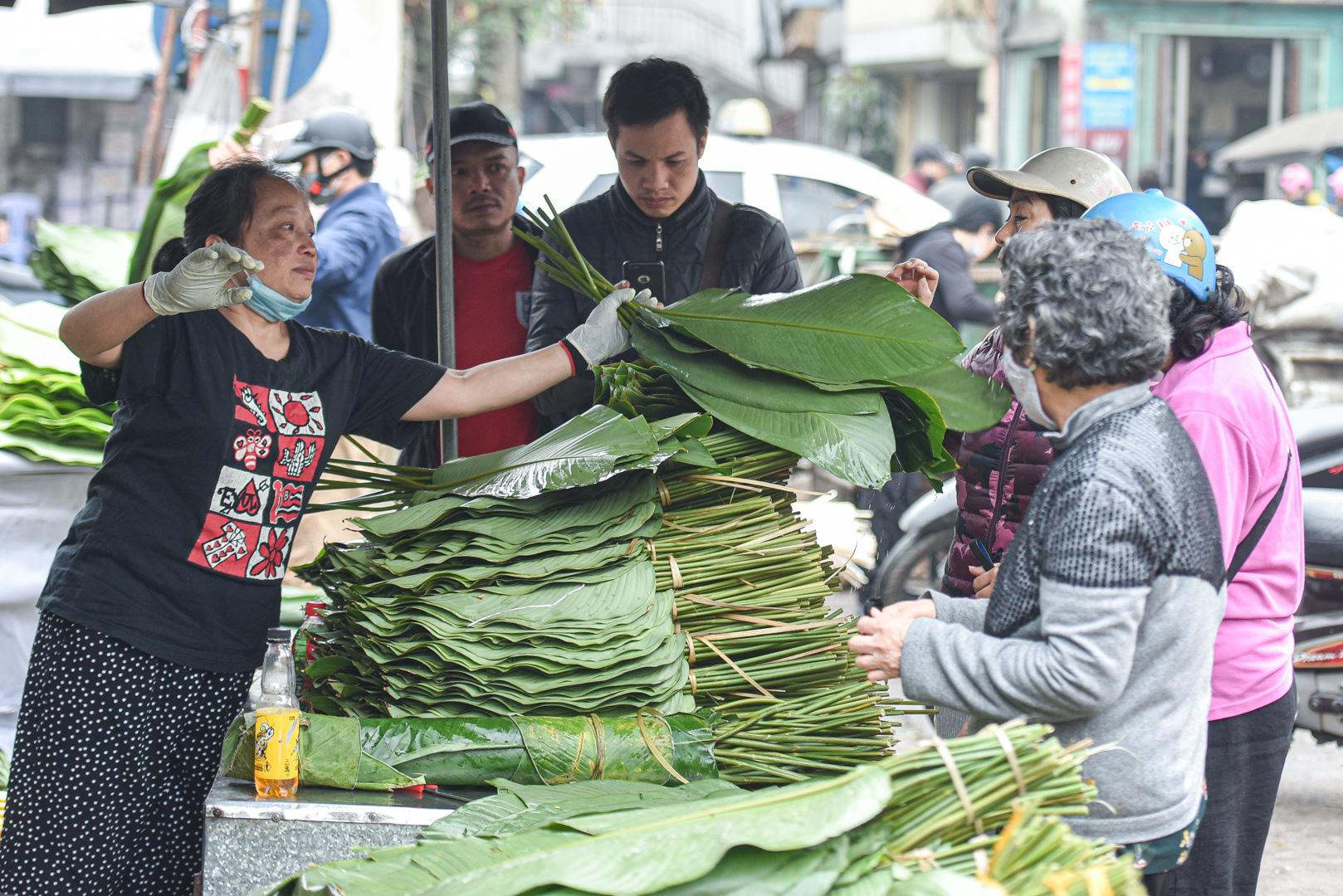 Phiên chợ họp ngày cuối năm, chỉ bán lá dong rừng, lạt tre ở Hà Nội - Ảnh 8.