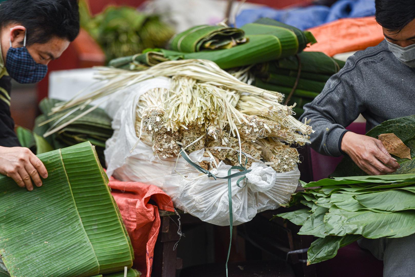 Phiên chợ họp ngày cuối năm, chỉ bán lá dong rừng, lạt tre ở Hà Nội - Ảnh 12.