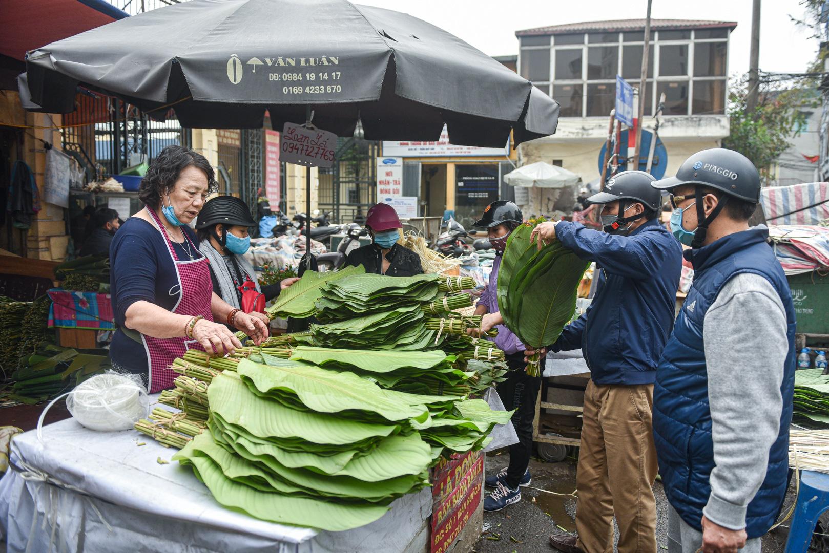 Phiên chợ họp ngày cuối năm, chỉ bán lá dong rừng, lạt tre ở Hà Nội - Ảnh 3.
