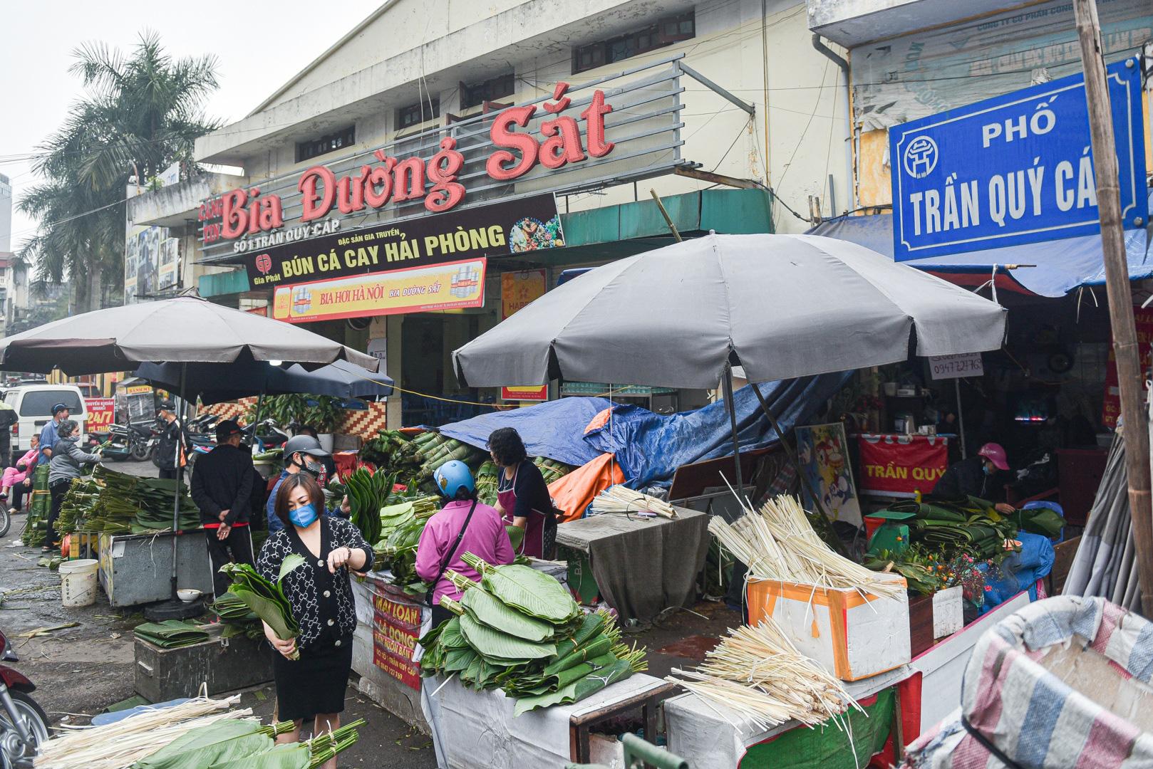Phiên chợ họp ngày cuối năm, chỉ bán lá dong rừng, lạt tre ở Hà Nội - Ảnh 1.