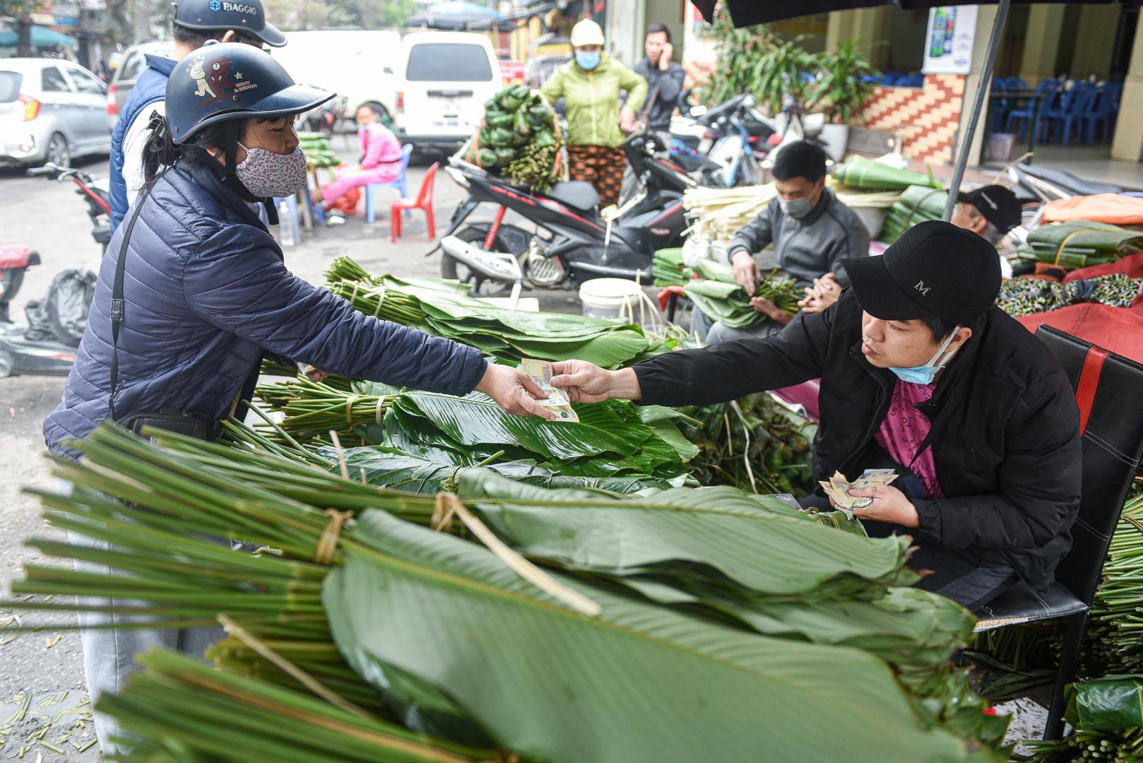 Phiên chợ họp ngày cuối năm, chỉ bán lá dong rừng, lạt tre ở Hà Nội - Ảnh 9.