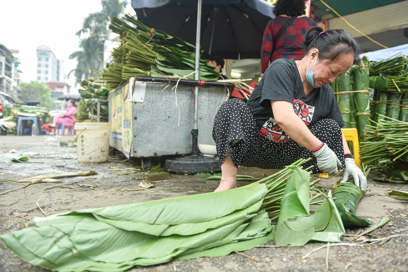 Phiên chợ họp ngày cuối năm, chỉ bán lá dong rừng, lạt tre ở Hà Nội - Ảnh 10.