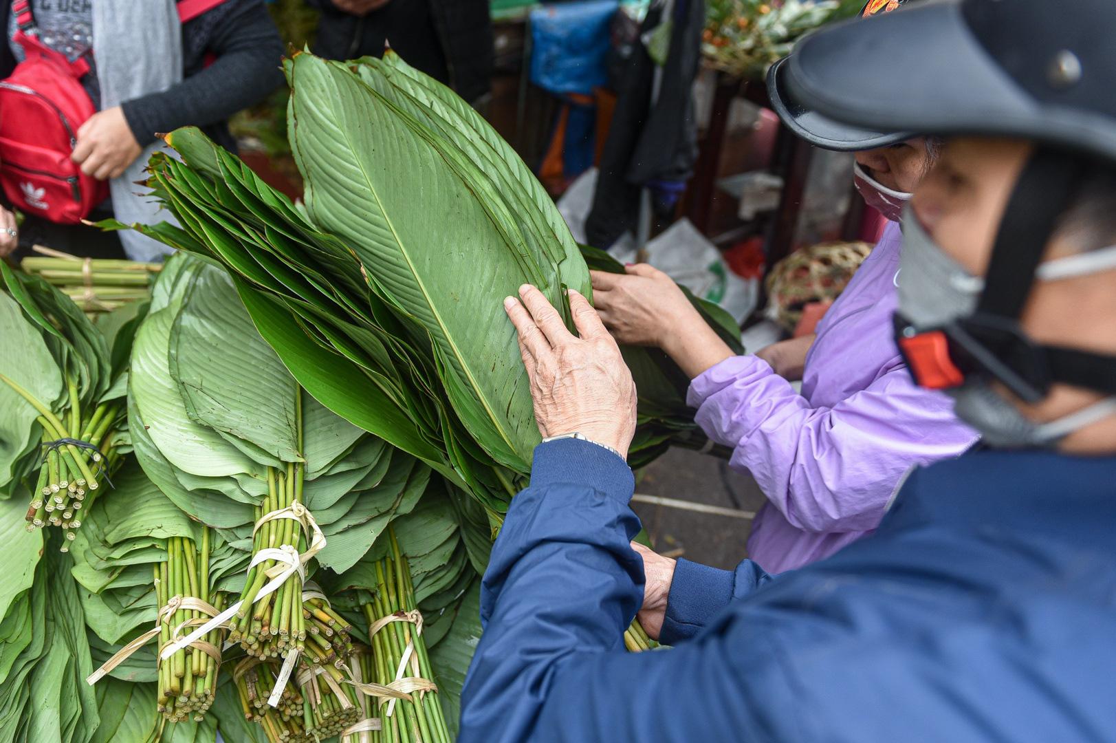 Phiên chợ họp ngày cuối năm, chỉ bán lá dong rừng, lạt tre ở Hà Nội - Ảnh 4.