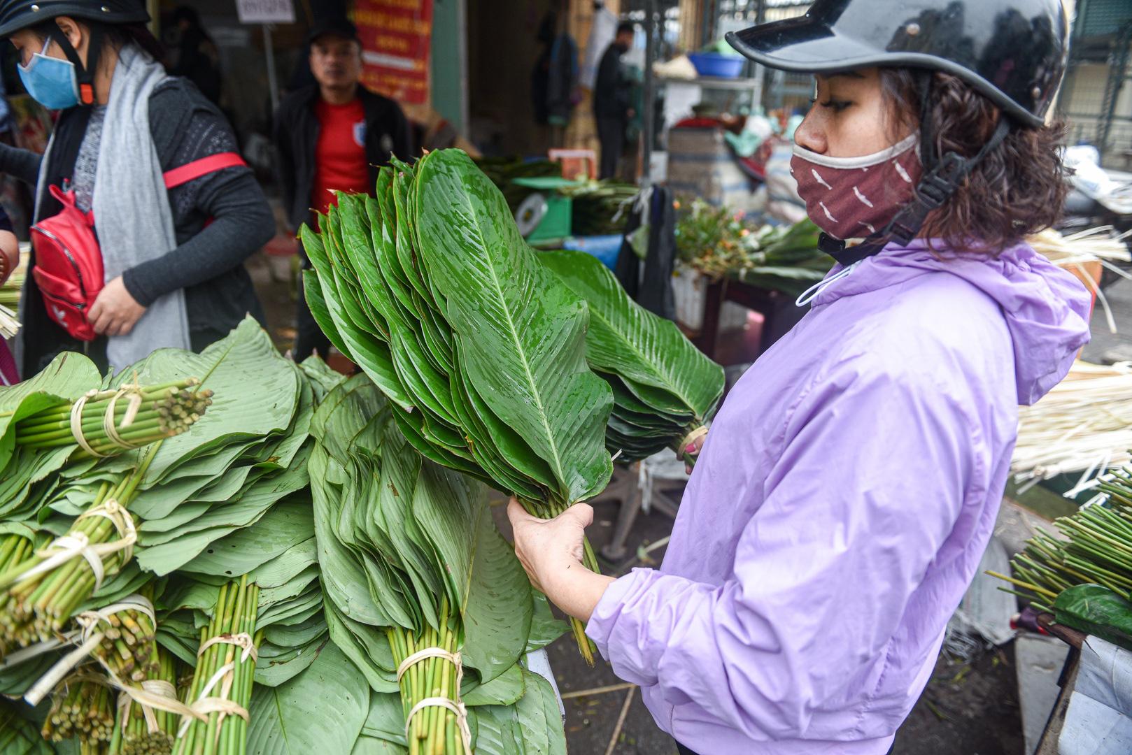 Phiên chợ họp ngày cuối năm, chỉ bán lá dong rừng, lạt tre ở Hà Nội - Ảnh 7.