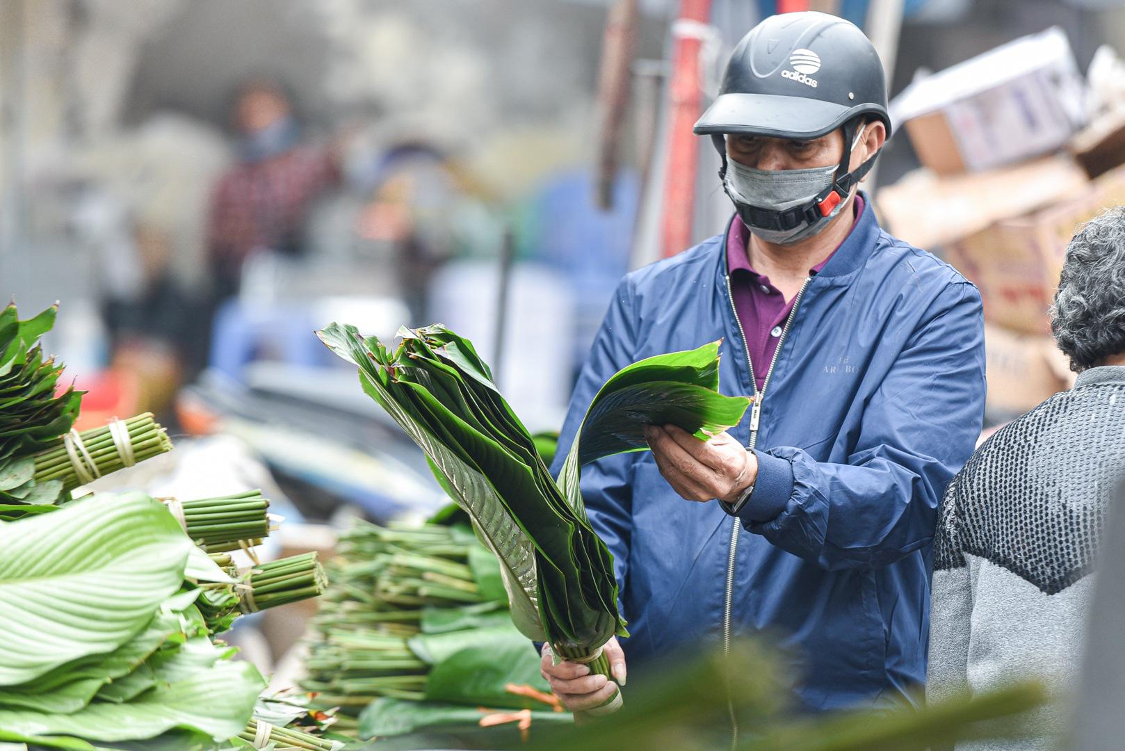 Phiên chợ họp ngày cuối năm, chỉ bán lá dong rừng, lạt tre ở Hà Nội - Ảnh 6.