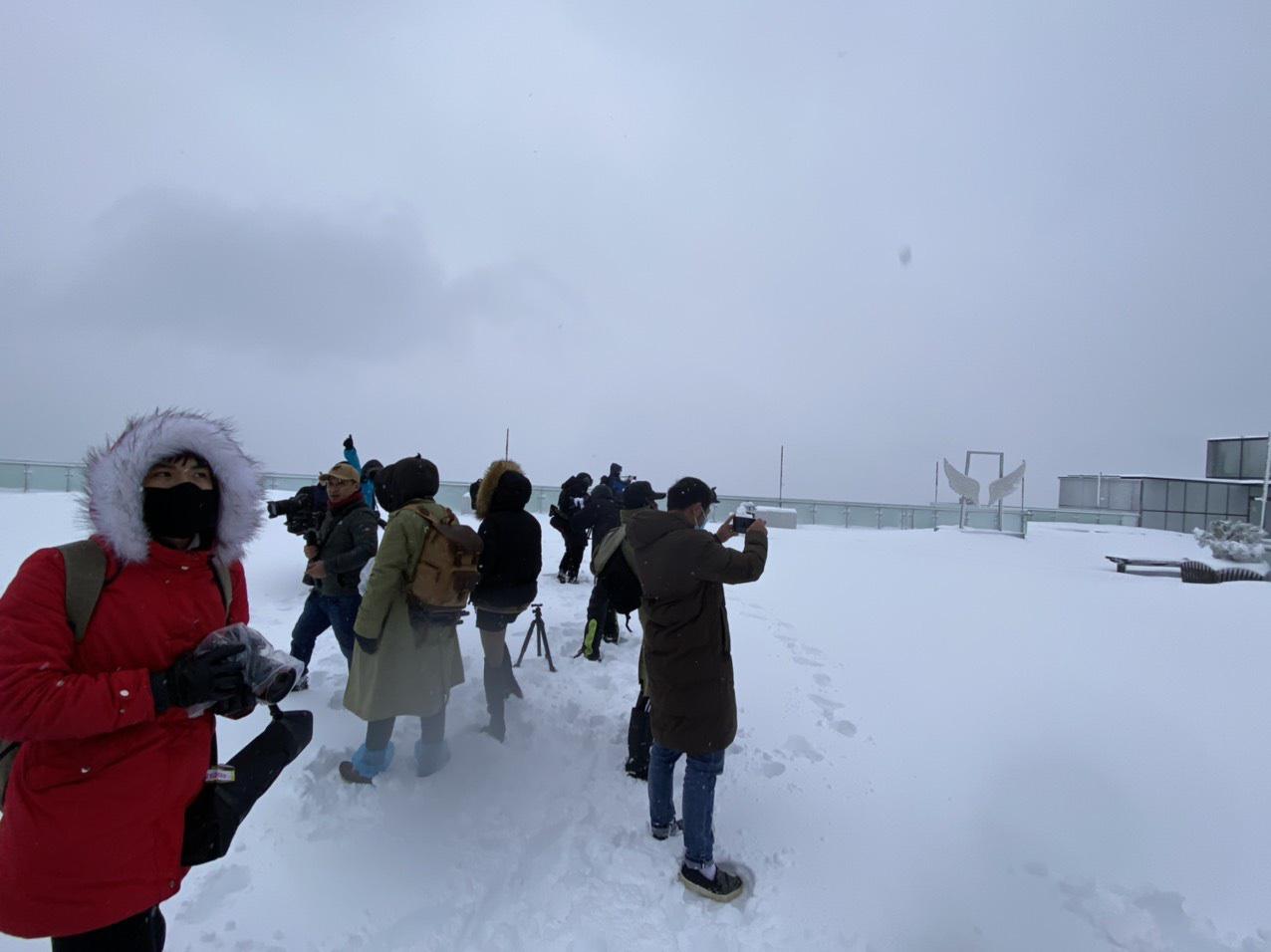 Sapa: Tuyết phủ dày 60cm trắng trên đỉnh Fansipan - Ảnh 8.