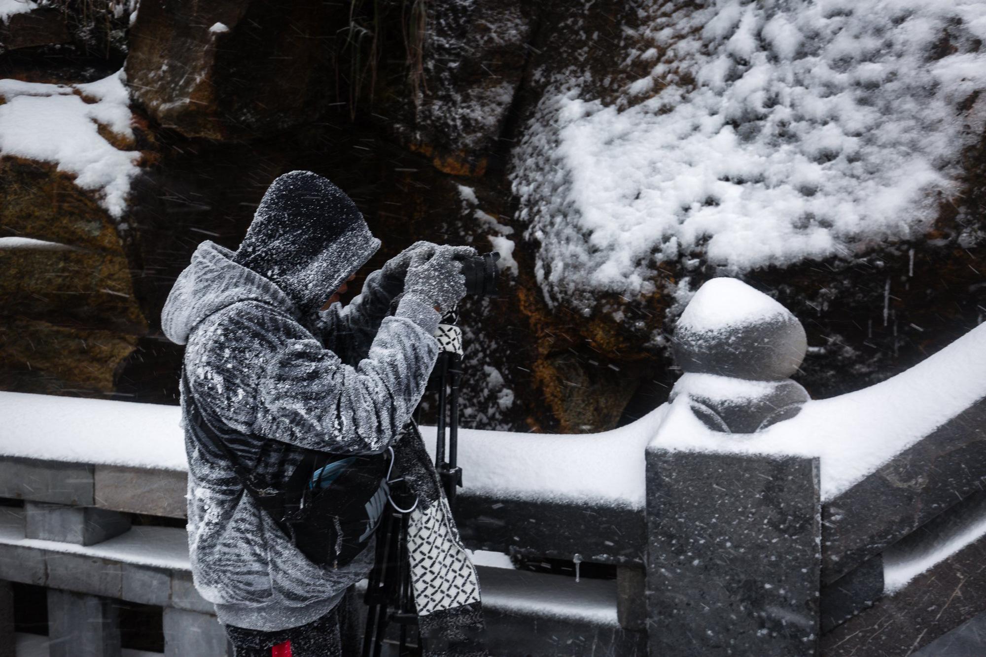 Sapa: Tuyết phủ dày 60cm trắng trên đỉnh Fansipan - Ảnh 9.