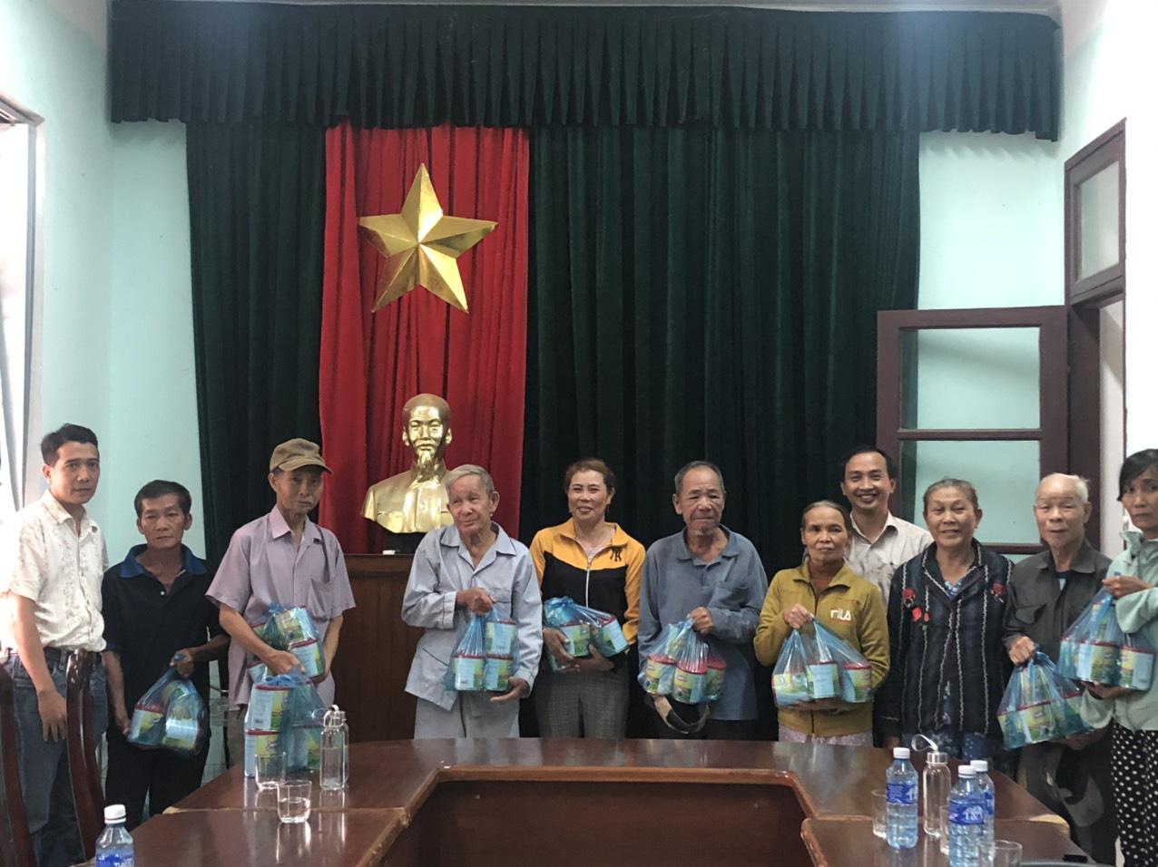 Quảng Nam: Tam Kỳ trao hàng trăm suất quà đến với người nghèo, gia đình chính sách - Ảnh 1.
