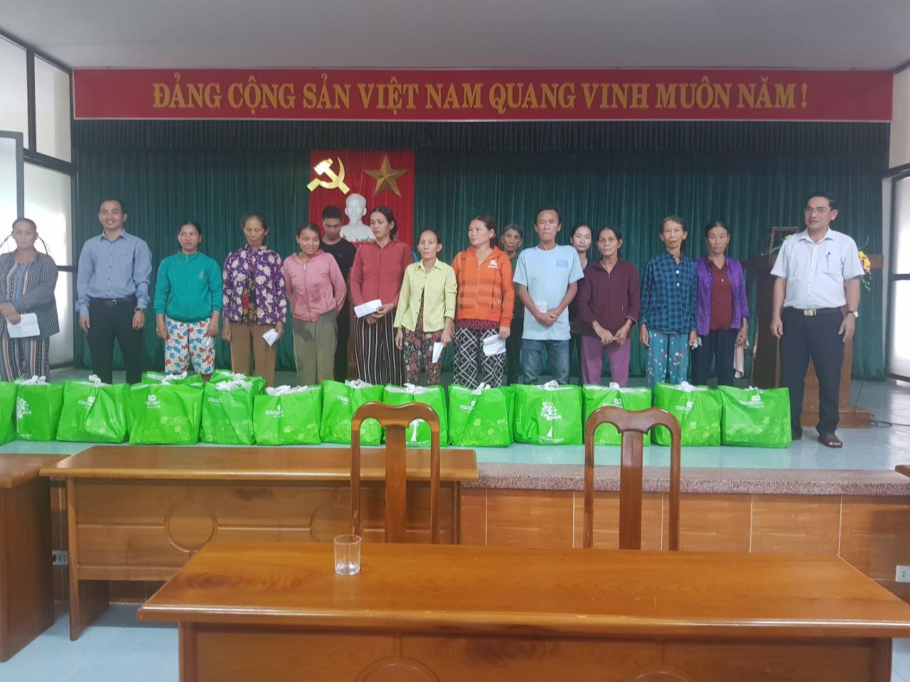 Quảng Nam: Tam Kỳ trao hàng trăm suất quà đến với người nghèo, gia đình chính sách - Ảnh 2.