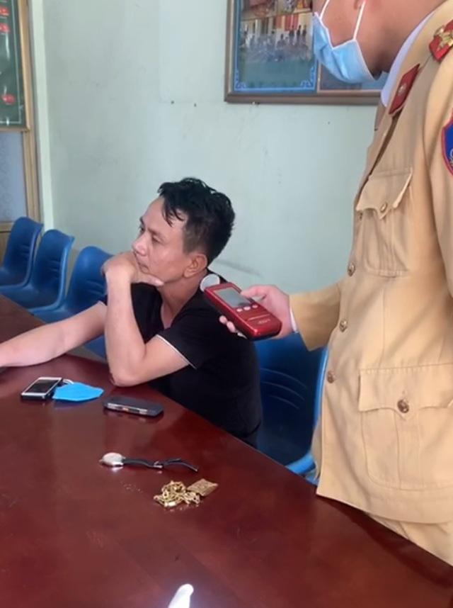 Clip nóng: thanh niên uống rượu, cố tình vượt chốt kiểm dịch covid, đánh CSGT bị thương - Ảnh 4.