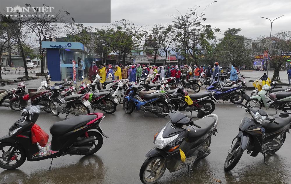 Công nhân đội mưa, xếp hàng dài rút tiền ở cây ATM ngày cận Tết Nguyên đán 2021 - Ảnh 3.