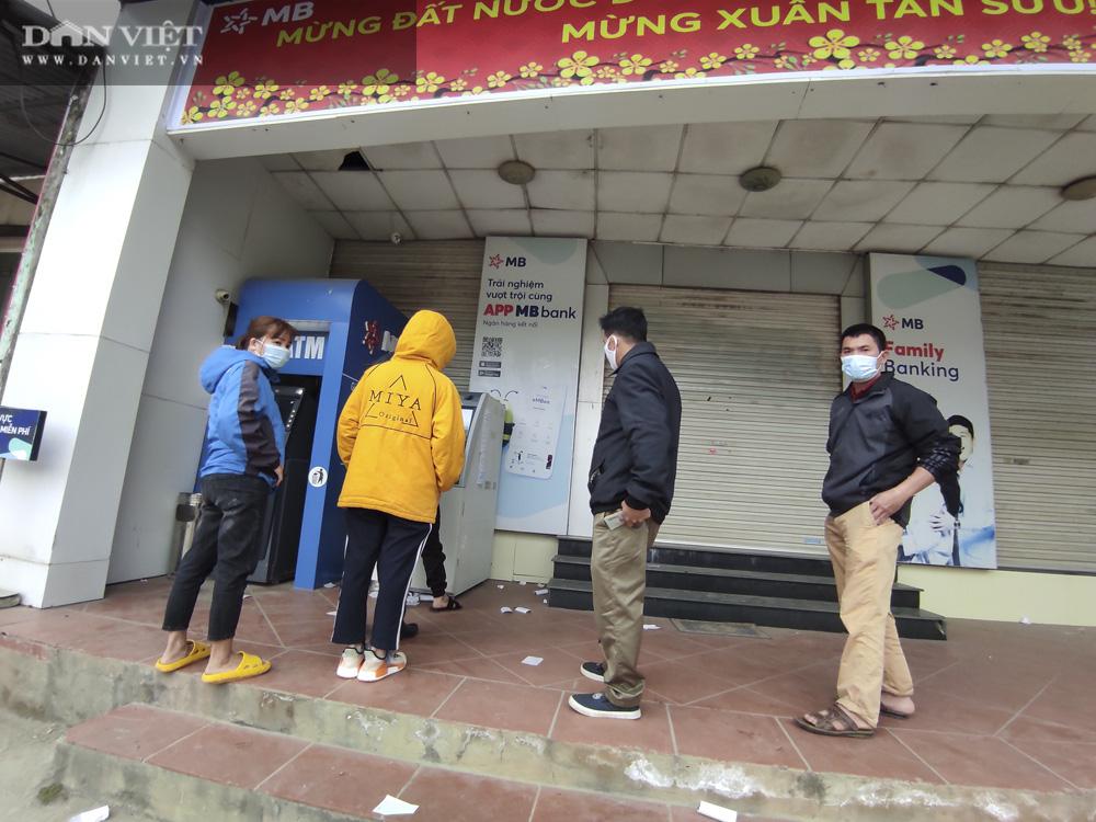 Công nhân đội mưa, xếp hàng dài rút tiền ở cây ATM ngày cận Tết Nguyên đán 2021 - Ảnh 14.