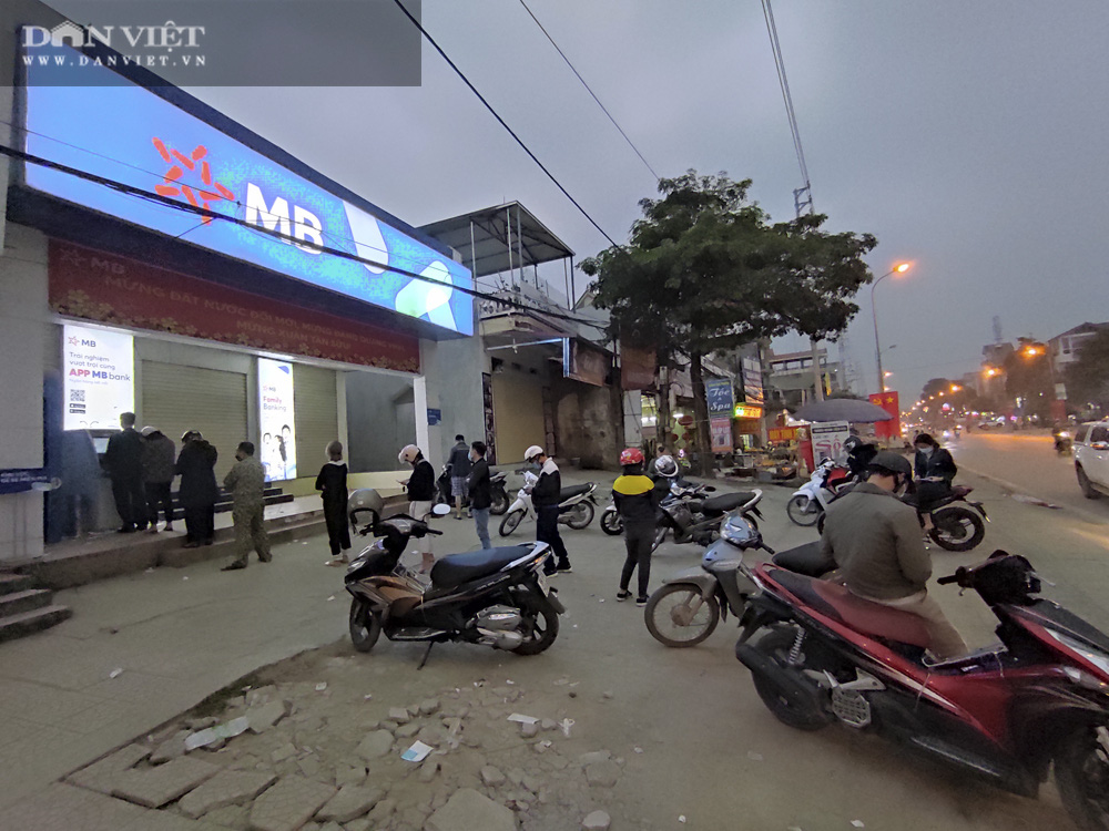 Công nhân đội mưa, xếp hàng dài rút tiền ở cây ATM ngày cận Tết Nguyên đán 2021 - Ảnh 12.