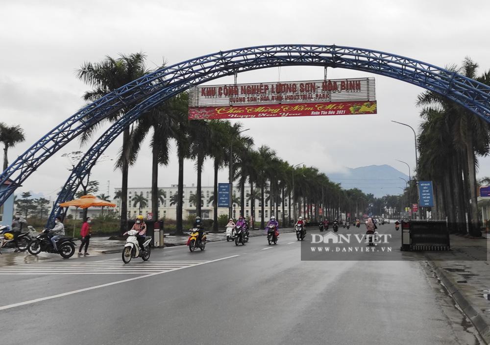 Công nhân đội mưa, xếp hàng dài rút tiền ở cây ATM ngày cận Tết Nguyên đán 2021 - Ảnh 1.