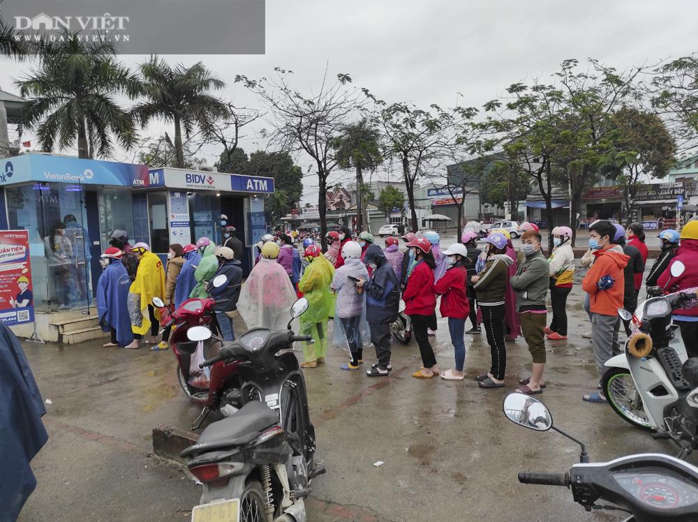 Công nhân đội mưa, xếp hàng dài rút tiền ở cây ATM ngày cận Tết Nguyên đán 2021 - Ảnh 4.