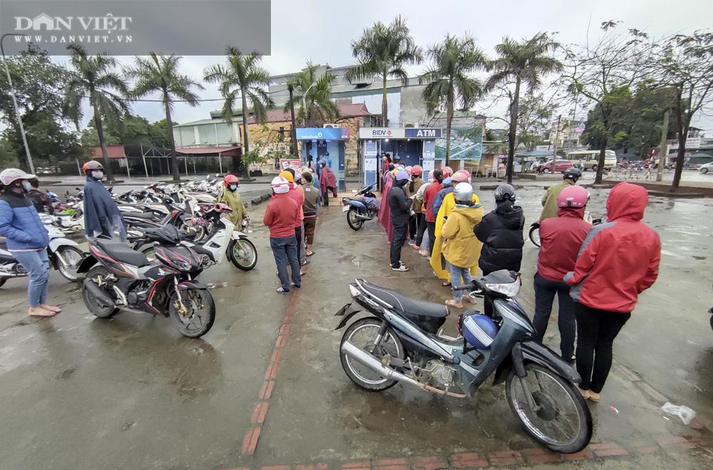 Công nhân đội mưa, xếp hàng dài rút tiền ở cây ATM ngày cận Tết Nguyên đán 2021 - Ảnh 5.
