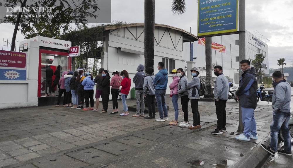 Công nhân đội mưa, xếp hàng dài rút tiền ở cây ATM ngày cận Tết Nguyên đán 2021 - Ảnh 9.
