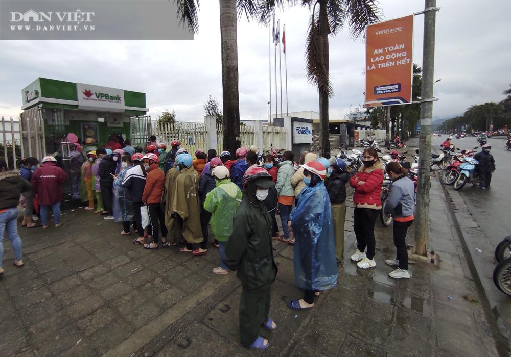 Công nhân đội mưa, xếp hàng dài rút tiền ở cây ATM ngày cận Tết Nguyên đán 2021 - Ảnh 7.