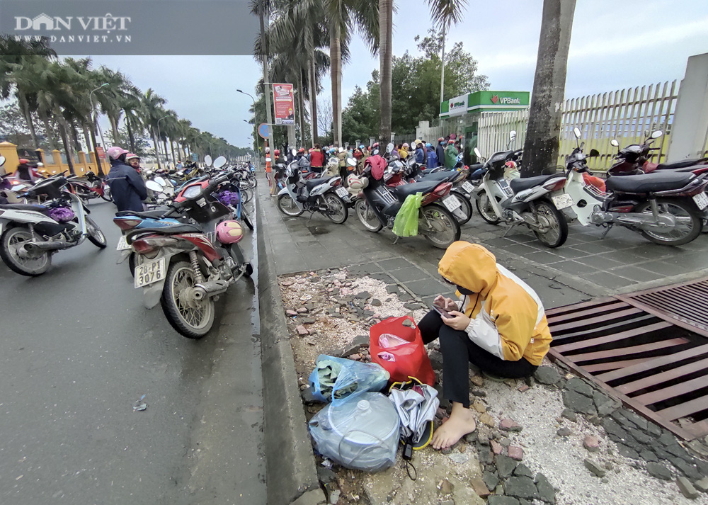 Công nhân đội mưa, xếp hàng dài rút tiền ở cây ATM ngày cận Tết Nguyên đán 2021 - Ảnh 8.