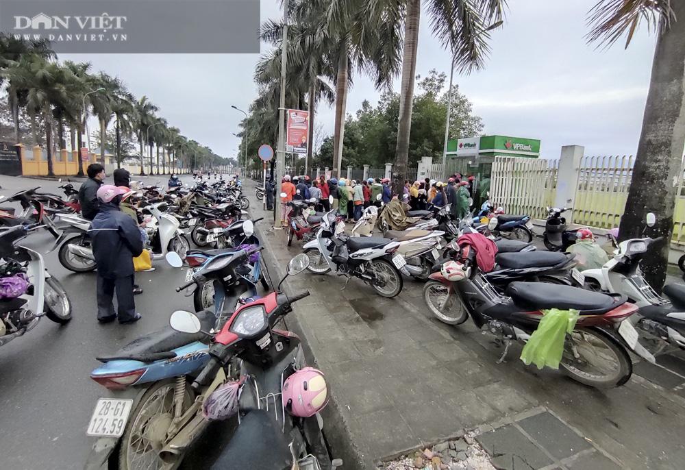 Công nhân đội mưa, xếp hàng dài rút tiền ở cây ATM ngày cận Tết Nguyên đán 2021 - Ảnh 6.