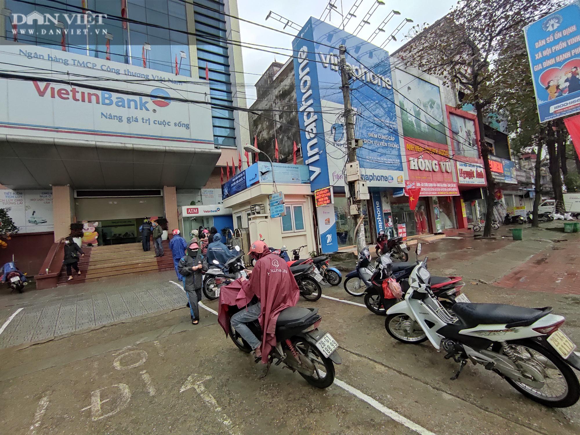 Công nhân đội mưa, xếp hàng dài rút tiền ở cây ATM ngày cận Tết Nguyên đán 2021 - Ảnh 15.