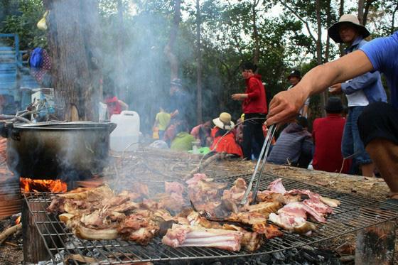 Bình Thuận: Dân ầm ầm đến xem dòng suối kỳ lạ khói bốc nghi ngút, nước sôi sủi bọt có thể luộc chín trứng - Ảnh 10.