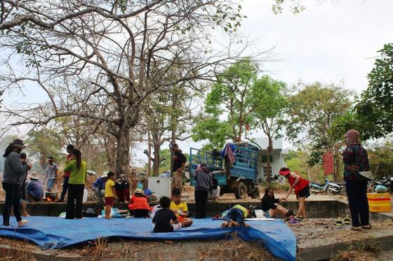 Bình Thuận: Dân ầm ầm đến xem dòng suối kỳ lạ khói bốc nghi ngút, nước sôi sủi bọt có thể luộc chín trứng - Ảnh 11.