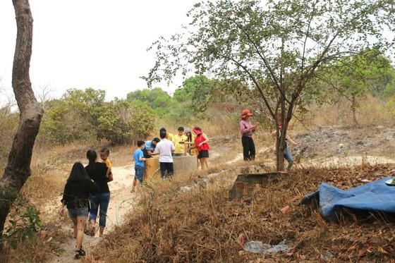 Bình Thuận: Dân ầm ầm đến xem dòng suối kỳ lạ khói bốc nghi ngút, nước sôi sủi bọt có thể luộc chín trứng - Ảnh 1.