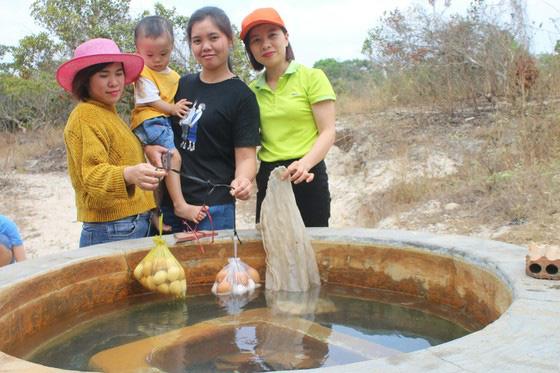 Bình Thuận: Dân ầm ầm đến xem dòng suối kỳ lạ khói bốc nghi ngút, nước sôi sủi bọt có thể luộc chín trứng - Ảnh 3.