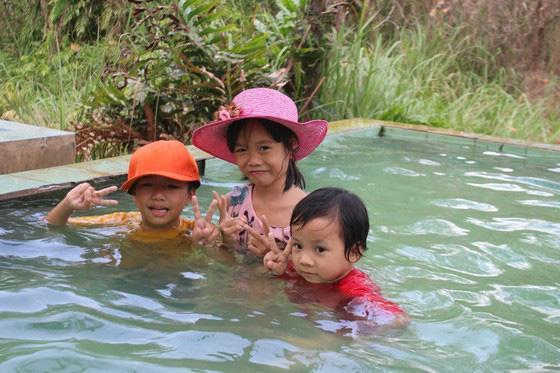 Bình Thuận: Dân ầm ầm đến xem dòng suối kỳ lạ khói bốc nghi ngút, nước sôi sủi bọt có thể luộc chín trứng - Ảnh 8.