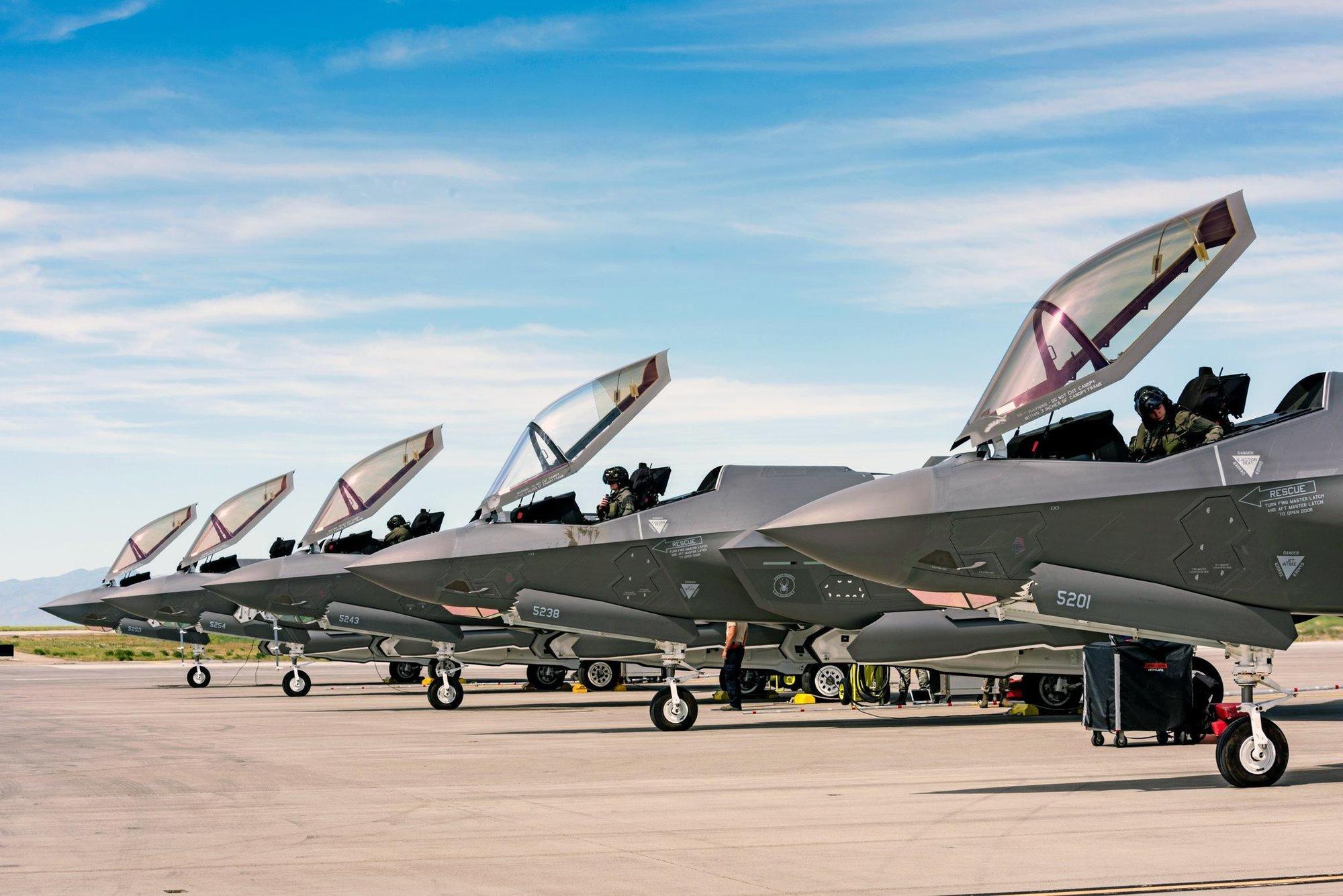 Vì sao Mỹ vẫn phải mua thêm chiến đấu cơ thế hệ 4, 5 khi đã có F-22 và F-35? - Ảnh 8.