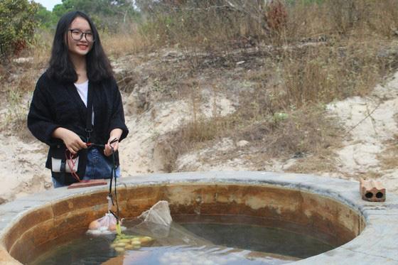 Bình Thuận: Dân ầm ầm đến xem dòng suối kỳ lạ khói bốc nghi ngút, nước sôi sủi bọt có thể luộc chín trứng - Ảnh 4.