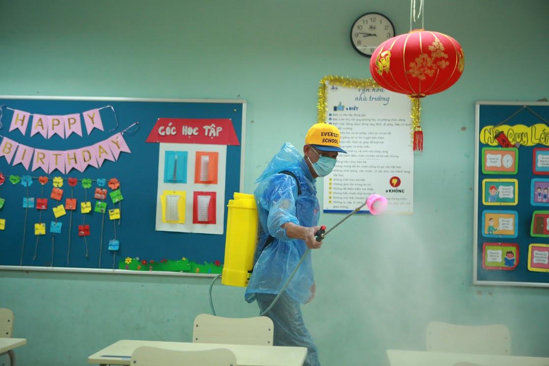 Trường học Hà Nội thần tốc tổng vệ sinh, phun khử trùng trước ngày đón 2 triệu học sinh - Ảnh 1.