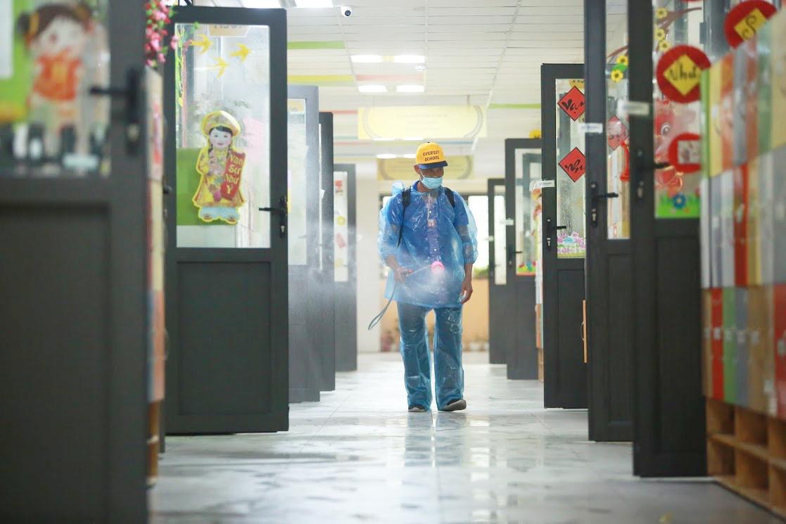 Trường học Hà Nội thần tốc tổng vệ sinh, phun khử trùng trước ngày đón 2 triệu học sinh - Ảnh 2.