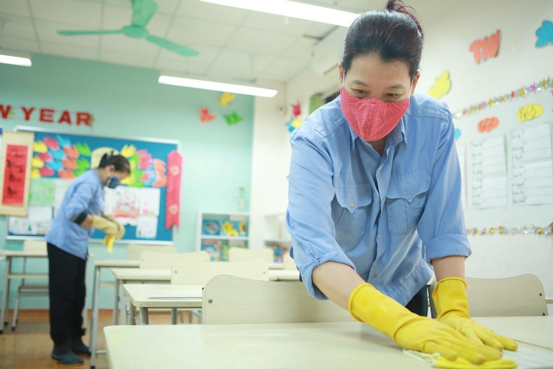 Trường học Hà Nội thần tốc tổng vệ sinh, phun khử trùng trước ngày đón 2 triệu học sinh - Ảnh 3.